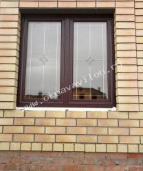 двухстворчатое окно в кирпичном доме